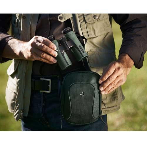 قرار گیری دوربین شکاری زاواروسکی Swarovski CL Companion 10x30 در کیف مخصوص