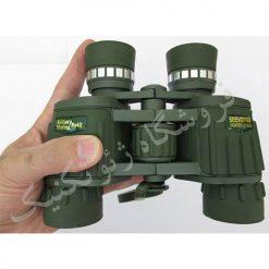 قرار گیری در دست دوربین سیکر 8x42