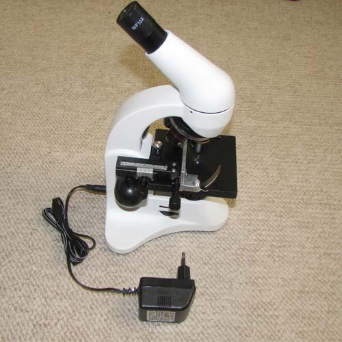 نحوه اتصال آداپتور برق شهری به میکروسکوپ دانش آموزی تک چشمی مدل XSP45