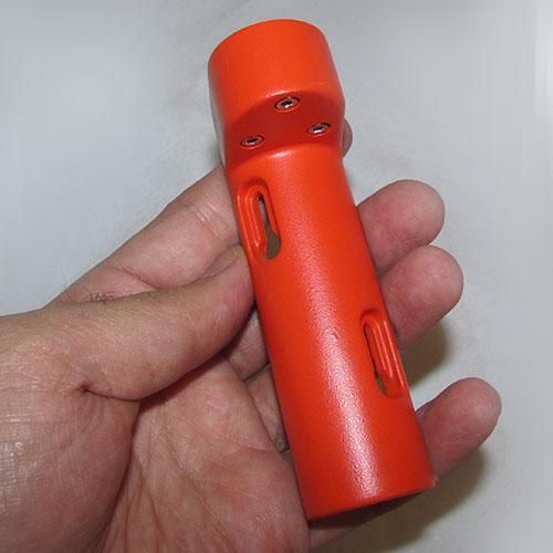 نمای بدنه تراز نبشی فلزی قرمز رنگ در دست